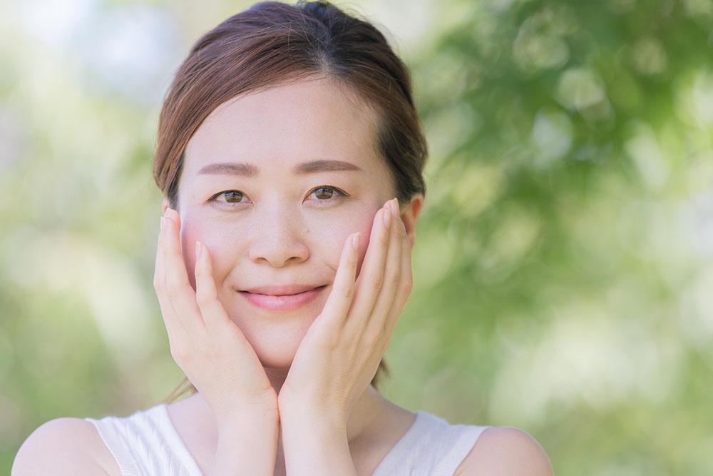 透明感を取り戻そう!アラフォー世代を悩ます顔のくすみの原因と解消法とは?