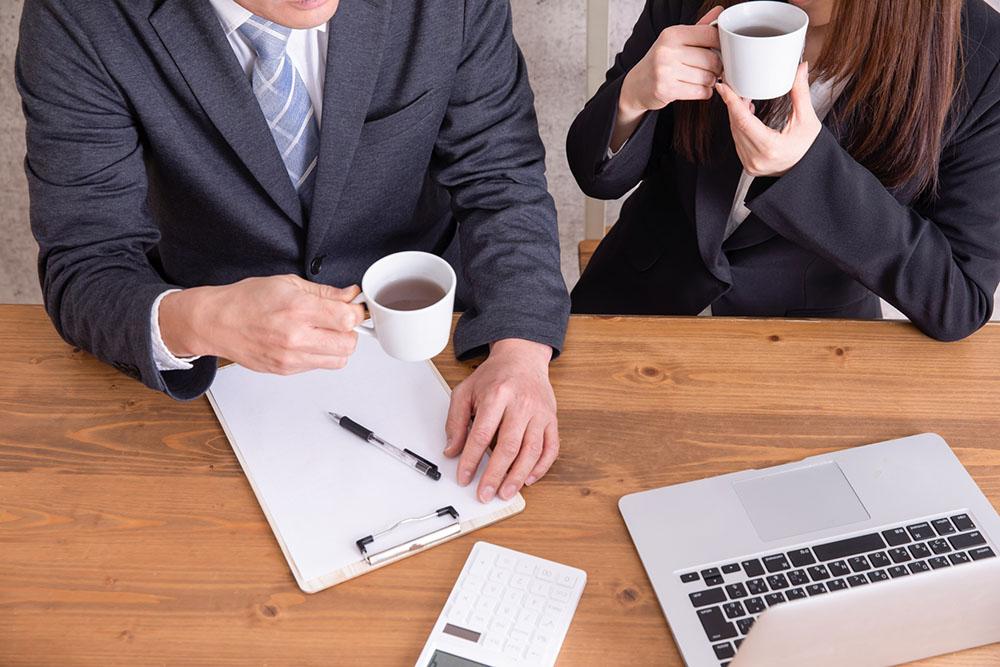 【社内恋愛】40代男性が同僚女性にアプローチする方法と注意点