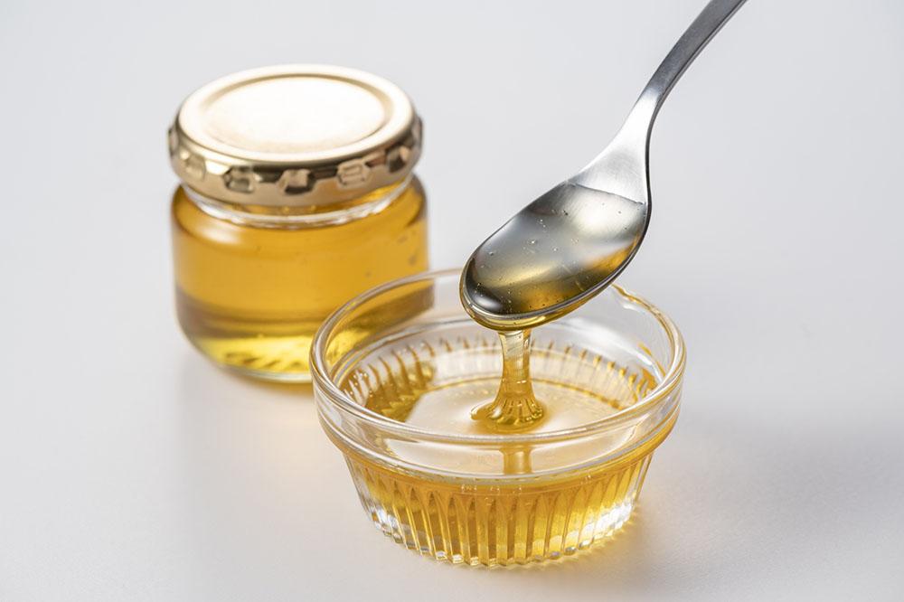 寝る前にスプーン一杯のハチミツを摂る